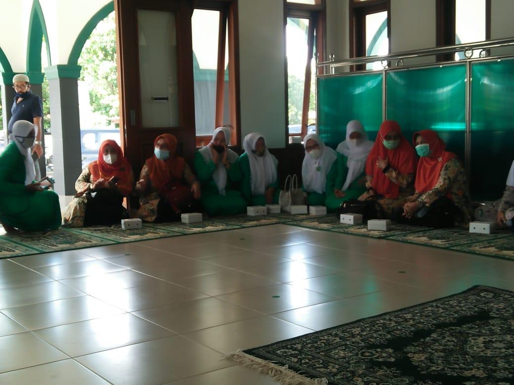 Segenap jajaran pengurus PC Fatayat NU Ponorogo saat menghadiri serah terima tanah wakaf