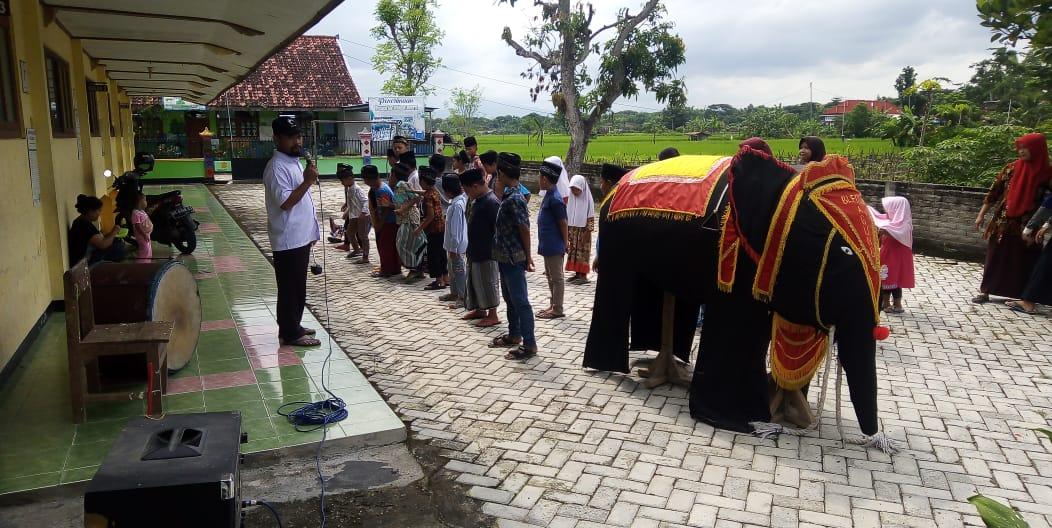 Seni Gajah Gajahan mewarnai peringatan Isro' Mi'roj santri Madin Nurul Huda Desa Kranggan