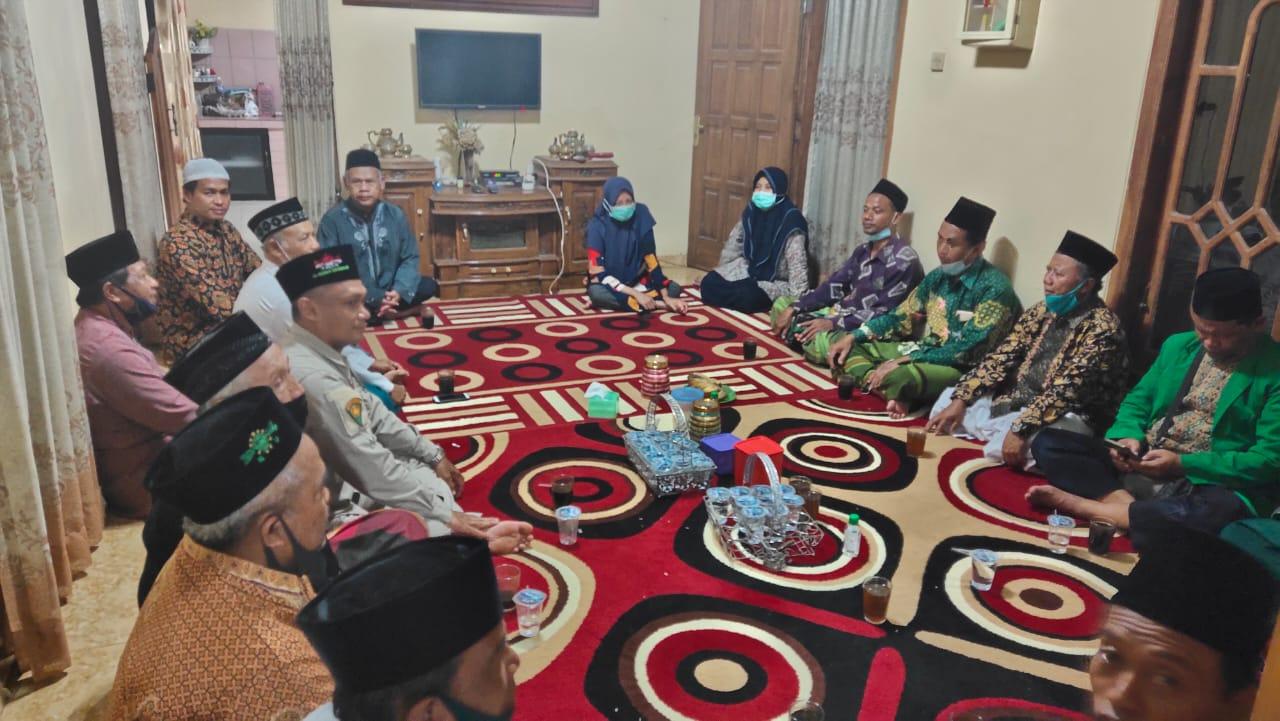 Suasana takziah pengurus MWC NU Pulung di kediaman keluarga almarhum H. Nur Anwar