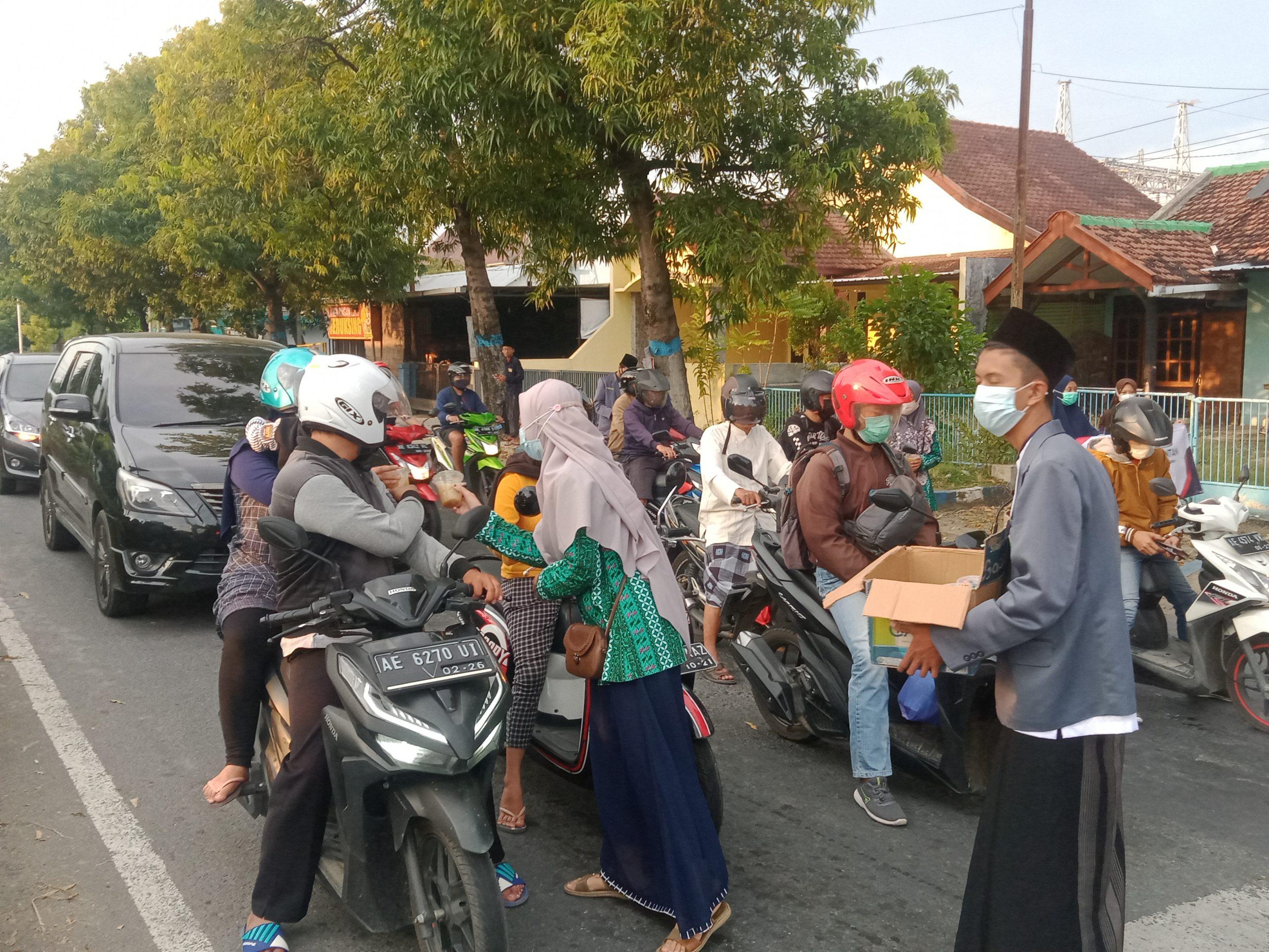 IPNU-IPPNU Ranting Tonatan saat membagikan takjil di perempatan Jeruksing