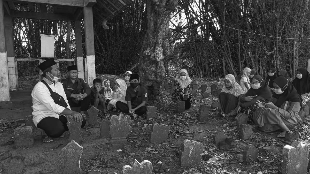Mengenalkan kegiatan ziarah makam para leluhur sejak usia dini