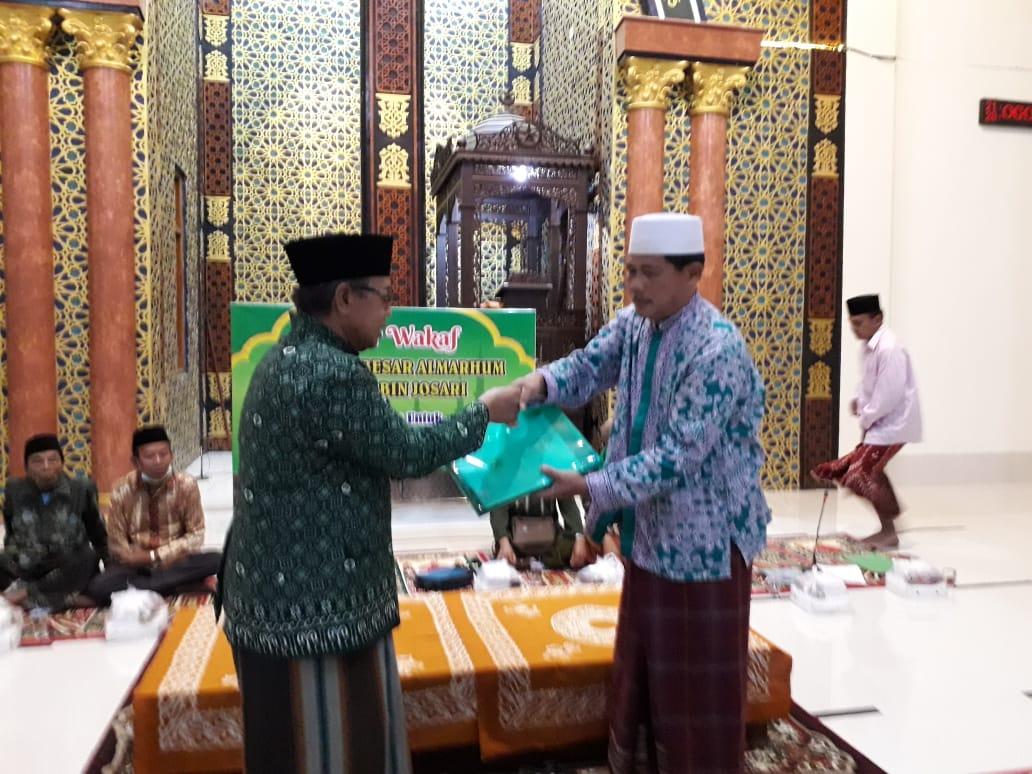 Penyerahan sertifikat dan pelaksanaan ikrar wakaf tanah Masjid Mujahidin