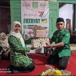 Serah serahan kado ketua PR Fatayat dan ketua PR GP Ansor desa Tanjungsari