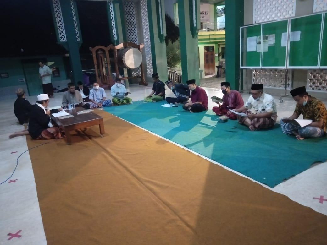 Suasana khataman Al-Qur'an di masjid NU Ponorogo