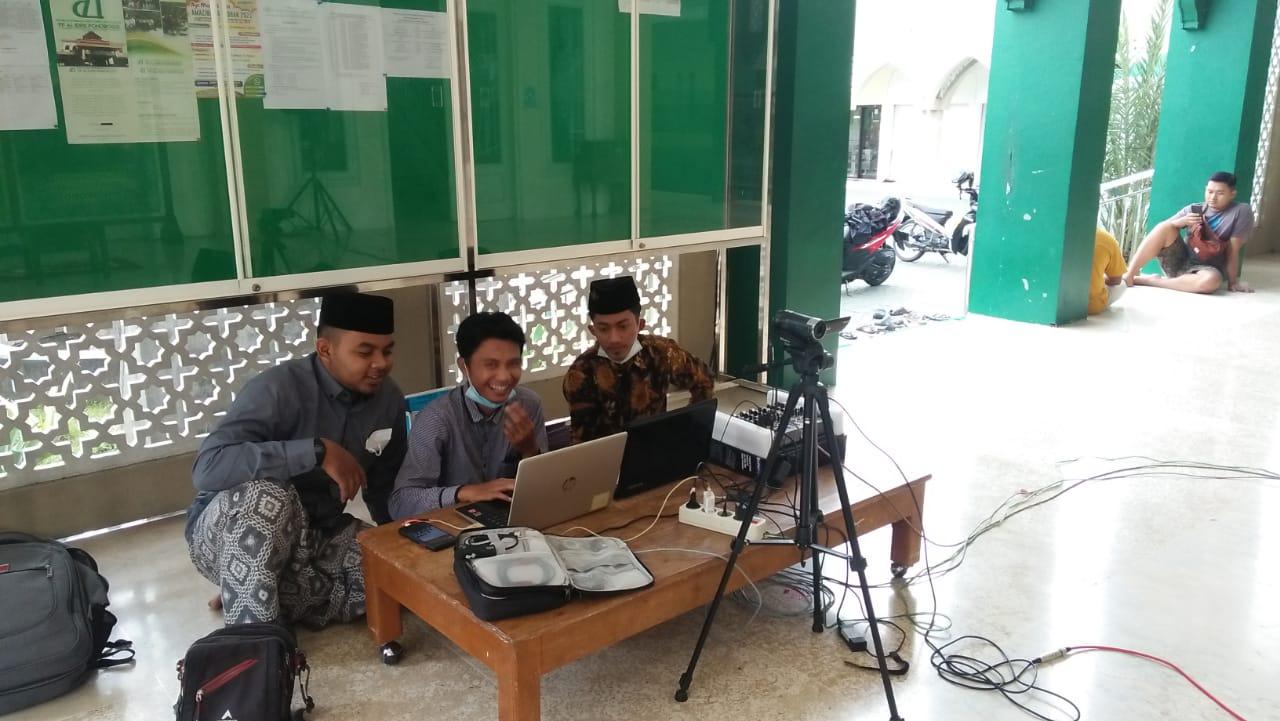 Tim LTNNU saat lakukan live streaming ngaji kitab kuning di masjid NU Ponorogo