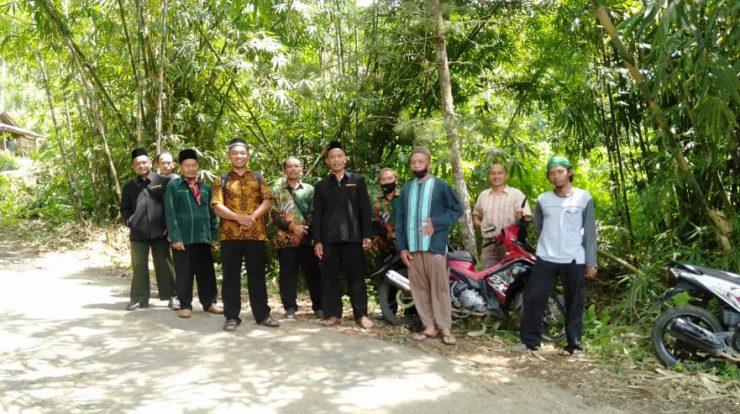 Jajaran MWC NU Ngrayun dan pengurus Forum Alumni PKP NU foto bersama usai pengecekan tanah