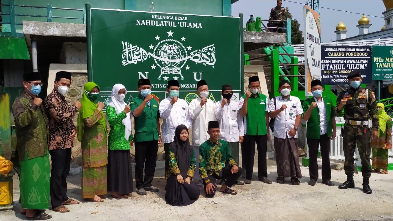 Jajaran PRNU dan Banom NU Tanjungsari berpose bersama usai pencanangan papan nama Keluarga Besar NU