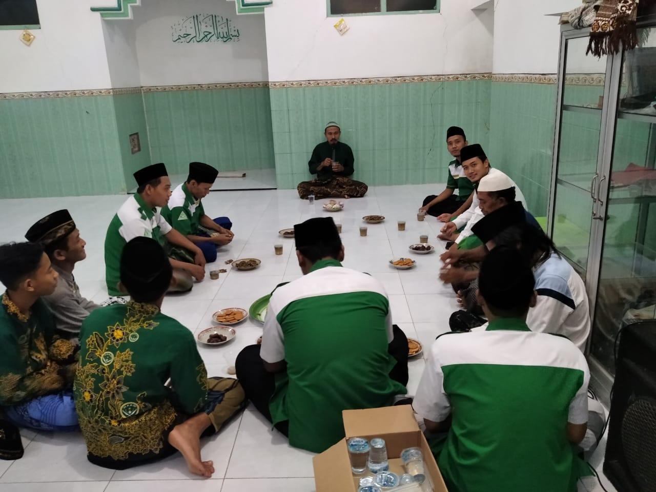 Jajaran pengurus PR GP Ansor dan IPNU Beton tengah membicarakan persiapan safari Ramadhan