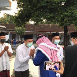 Jajaran pengurus Yayasan Masjid Tegalsari menyambut kedatangan delegasi Maroko dan Bupati Ponorogo beserta rombongan di halaman masjid