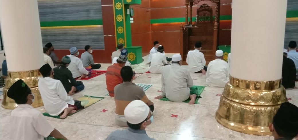Jamaah dengan khusu' mengikuti khutbah