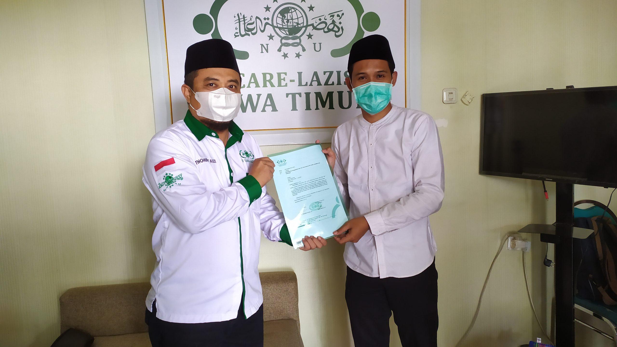Ketua Pengurus Cabang NU Care-Lazisnu Ponorogo H. Thohir Fauzi menyerahkan surat pengajuan SK Pengurus Pusat yang diterima Afif Amrullah Ketua Pengurus Wilayah NU Care-Lazisnu Jawa Timur