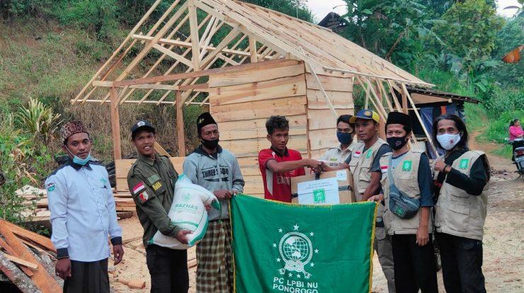 LPBI NU beri bantuan warga desa Wagir Kidul-Pulung kurban rumah kebakaran