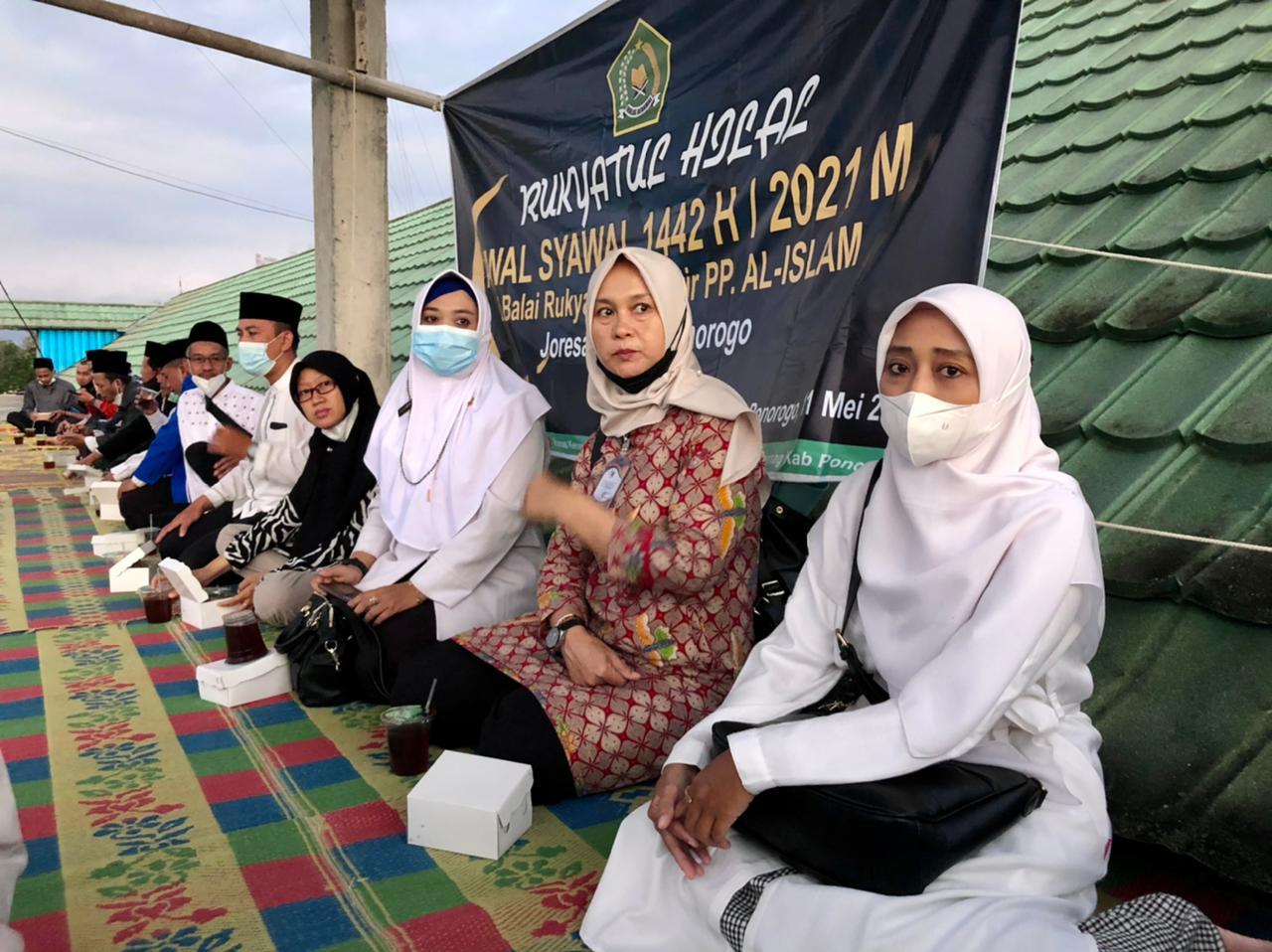 Para Pejabat teras Pemda, Kemenag dan Pengurus Yayasan Ponpes Al-Islam ikut memantau pelaksanaan rukyatul hilal