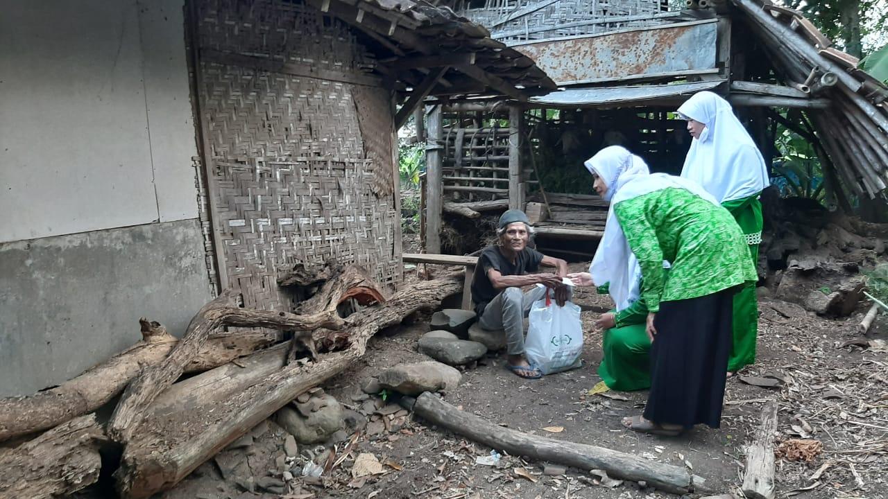 Pengurus Banom NU Ranting Mrican turun langsung memberikan sedekah hasil bumi dan zakat pertanian kepada fakir miskin
