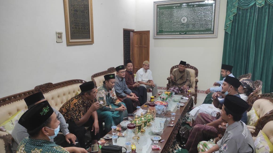 Suasana gayeng silaturahmi pimpinan lembaga PCNU saat di kediaman Sekretaris PCNU Dr H..Luthfi Hadi  Aminudin, MAg.