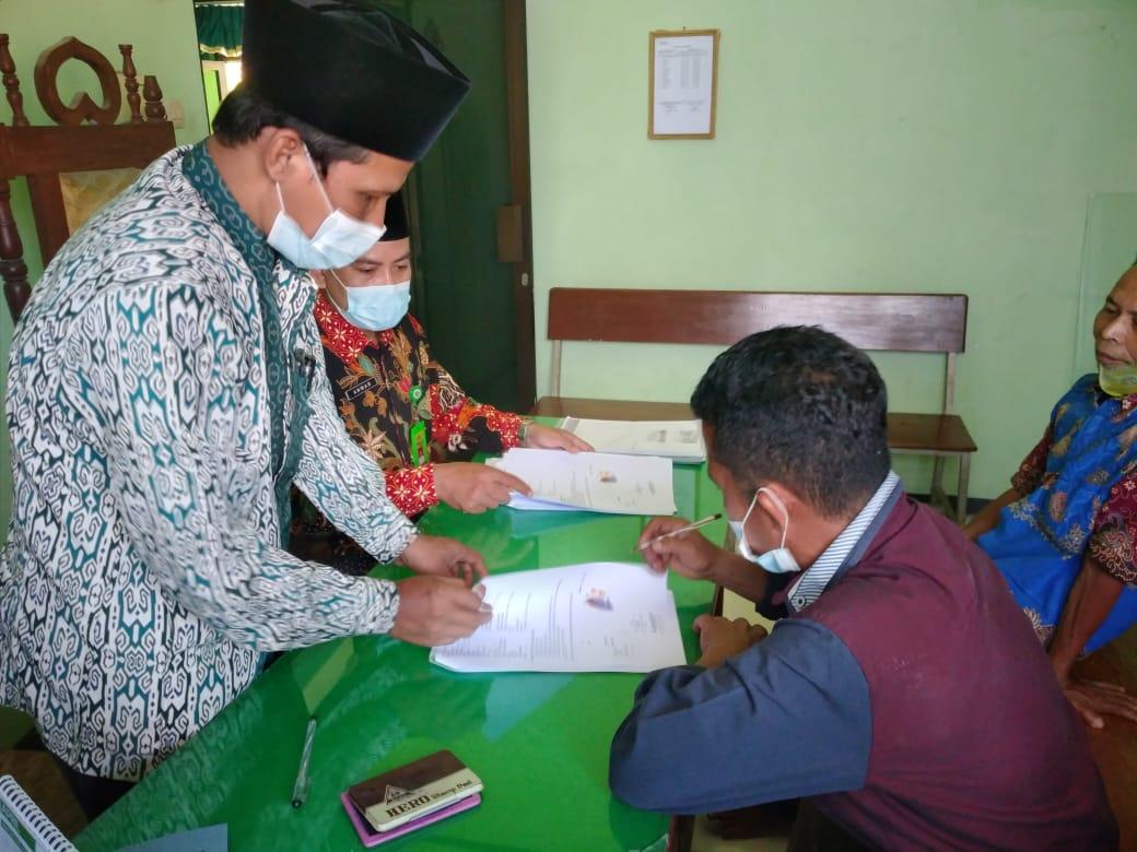 Suasana penandatanganan ikrar wakaf di KUA Sawoo