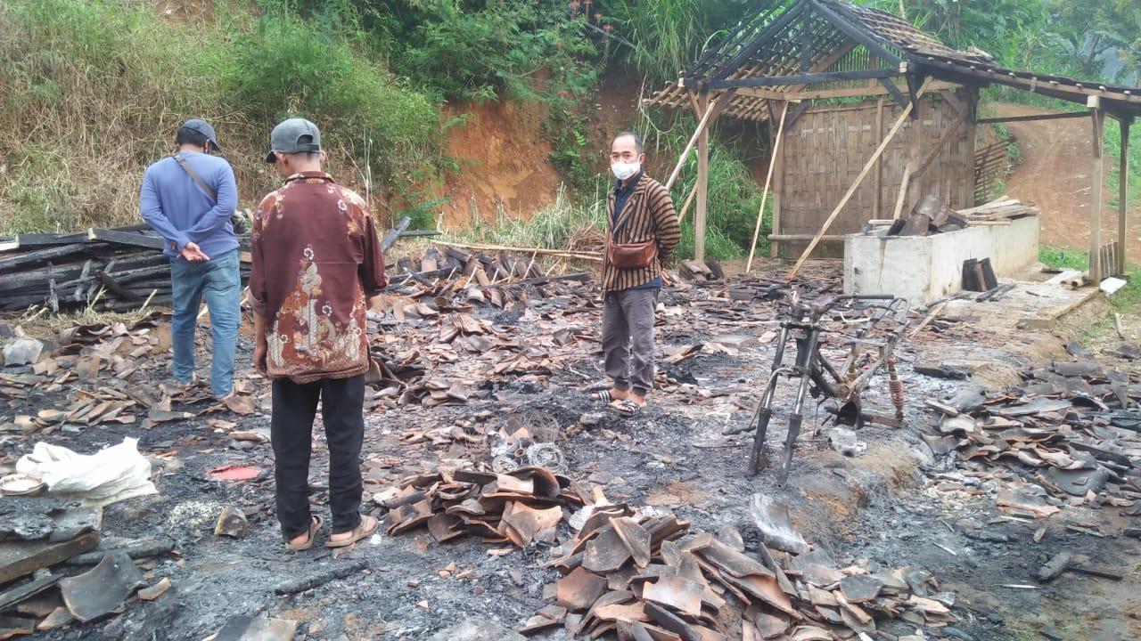 Tinjau lokasi rumah warga yang kehilangan tempat tinggalnya akibat kebakaran rumah di desa Wagir Kidul- Pulung