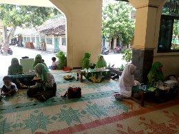 Anggota IHM berbaur dengan jama'ah menyimak bacaan al-Qur'an yang dibaca Hafidzah