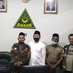 Banser senior Ponorogo Sarmad didampingi Kasatkorcab Banser Ponorogo Sudarsono sesaat setelah mengikuti acara silaturrahmi 87 Banser senior