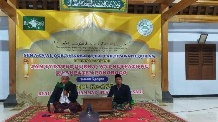 Dua orang hafizh bersemangat mengkhatamkan al-Qur'an di majlis utama, masjid Tegalsari