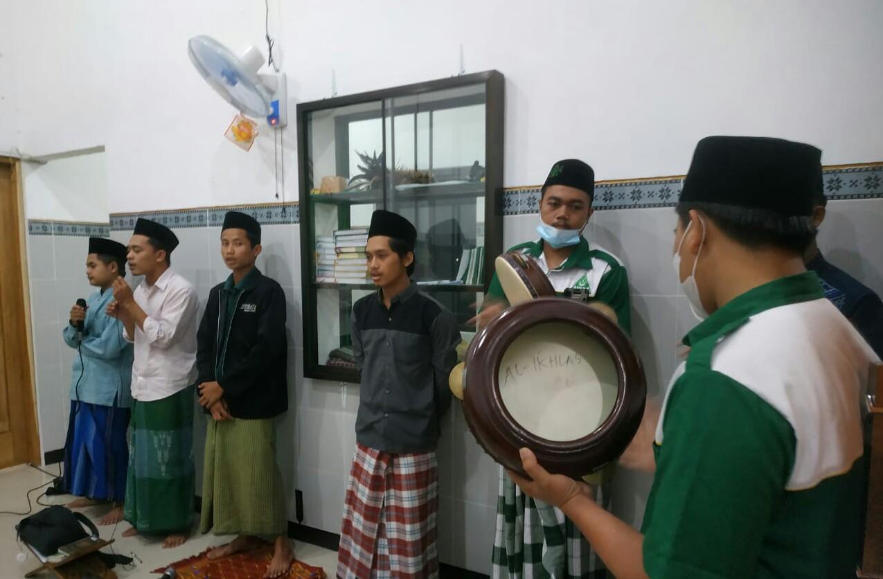 Group Hadrah MDS Rijalul Ansor Ranting Ngunut mengiringi salawat saat mahalul qiyam