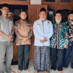 Gus Fahmi dan jajaran Pengurus PCNU serta Ikatan Alumni Pesantren Tebuireng, serta Instruktur Wilayah PKP NU, saat berpose di depan rumah Mbah Sukri