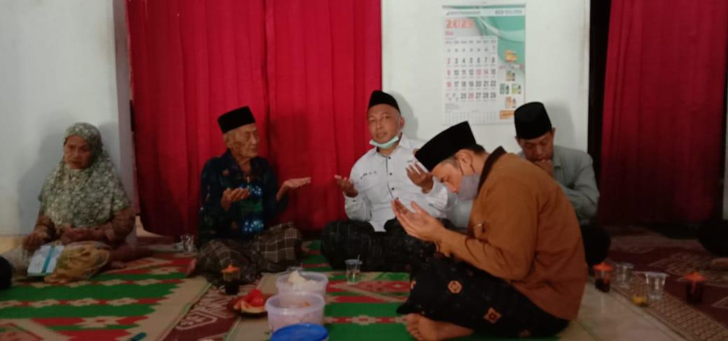 Gus Fahmi dan semua tamu mengamini tatkala Mbah Sukri memanjatkan do'a
