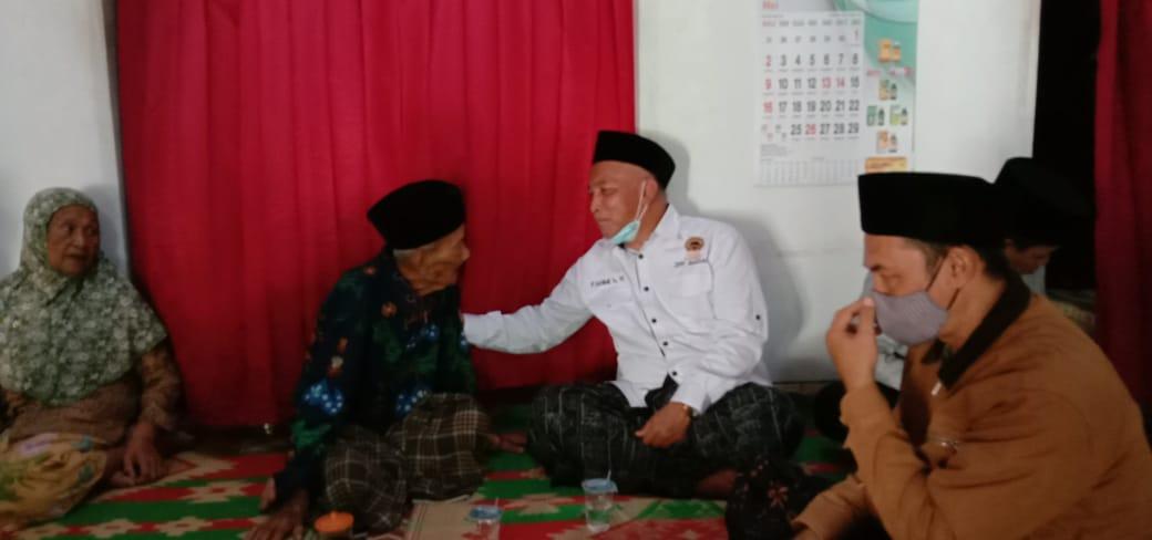 Gus Fahmi mengelus pinggang Mbah Sukri saat penasaran menanyakan resep panjang umur sampai 103 tahun