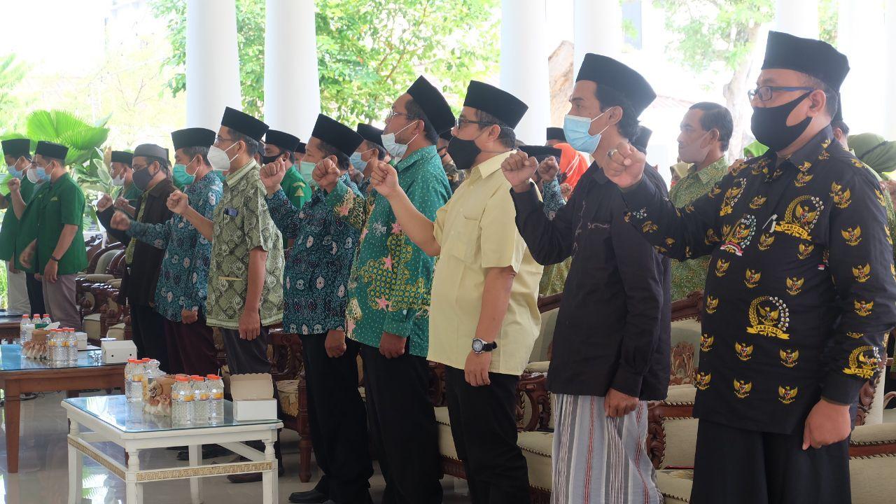 Para Kepala Sekolah dan Madrasah di Lingkungan NU dengan penuh semangat menyanyikan lagu mars yahlal wathan