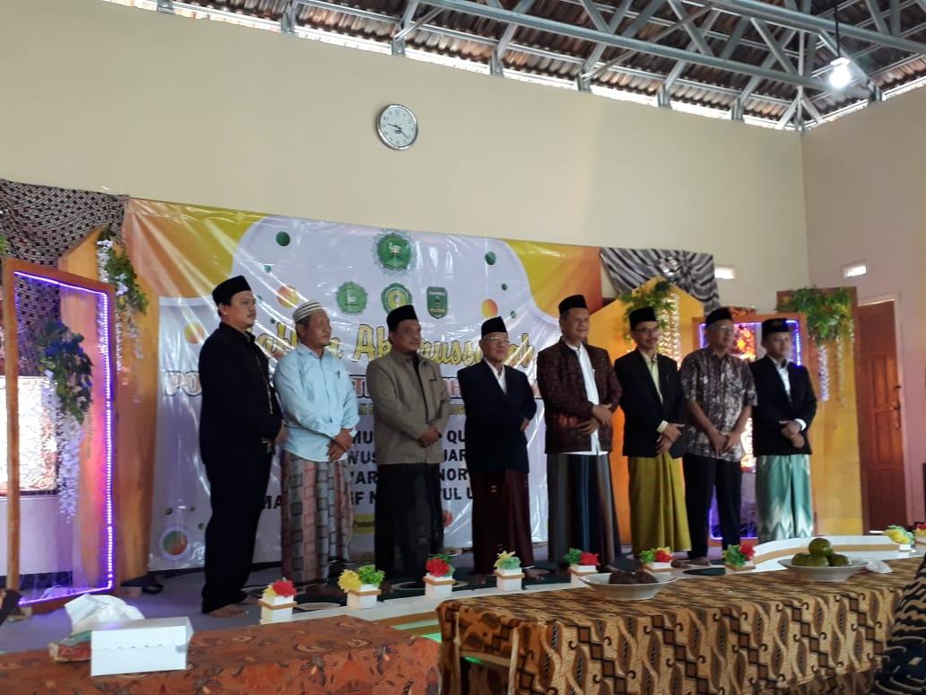 Pengasuh Ponpes Ittadul Ummah bepose bersama pengurus Yayasan Al-Ittihad usai melepas para lulusan