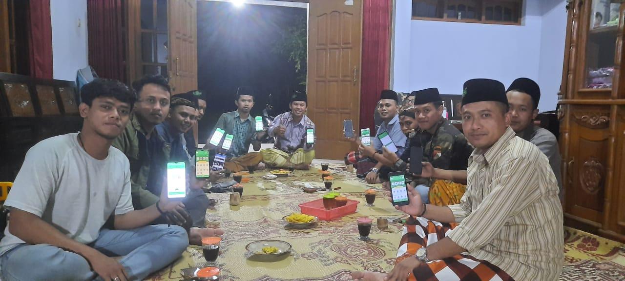 Jajaran pengurus PR GP Ansor dan Satkorkel Banser Tanjungsari menyempatkan waktu bersama untuk mengisi biodata di aplikasi Kartanu