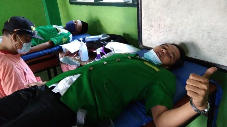 M. Ilham Sekretaris PC GP Ansor bersiap diri menjalani donor darah