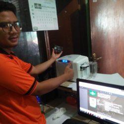 Moh. Asrofi Admin Kartanu PCNU Ponorogo memperlihatkan Kartanu yang baru ia cetak