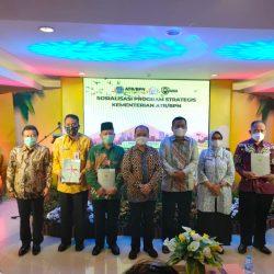 Moh. Irhamni Ketua LWP PCNU Ponorogo (memakai baju batik hijau) menerima sertifikat tanah wakaf secara simbolis dari PBPN.