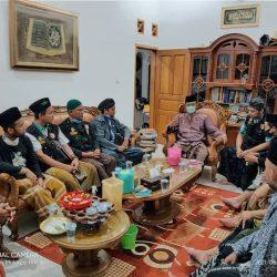 Pengurus JRA Batorokatong tengah serius mengikuti arahan Kompol H. Bahrun Nasikin, MA di kediamannya