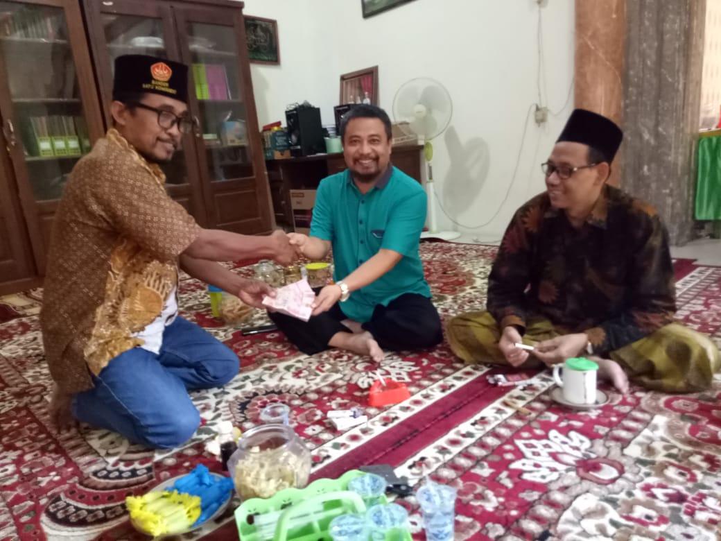 Penyerahan uang pembayaran buku Jejak Sejarah NU dari Bupati via Achmad Subchi Al Kalibek kepada Direktur NU Care-Lazisnu H.Tohir.