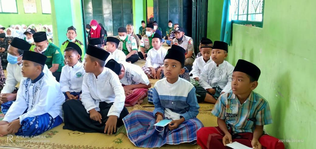 Peserta khitanan massal saat mengikuti acara pembukaan di Madin Miftahul Ulum Tanjungsari