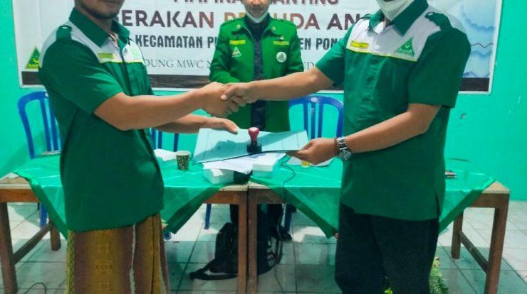 Regenerasi Ketua PAC GP Ansor Pudak Demisioner Nasukha menyerahkan mandat kepada penggantinya, Fajar Rifa'i disaksikan Wakil Ketua PC GP Ansor Ponorogo Maksum Syah