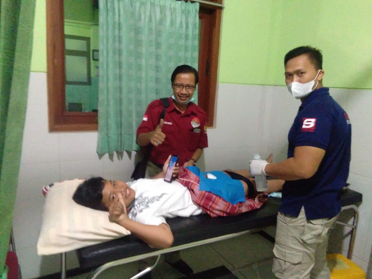 Salah satu anak peserta khitanan masal tampak santai saat bersiap menjalani tindakan medis di RSU Muslimat