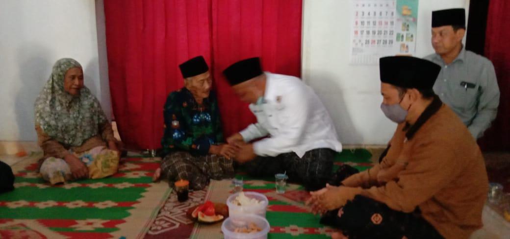 Salam takdim Gus Fahmi (Pengasuh Ponpes Putri Tebuireng-Jombang) kepada Mbah Sukri (santri perjuangan Al Maghfurulloh KH.Hasyim Asy'ari)