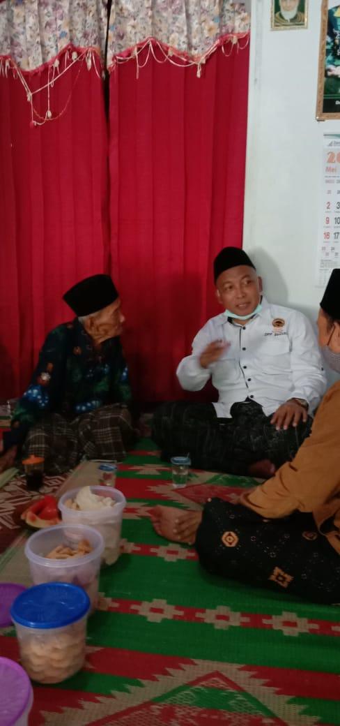 Suasana akrab Mbah Sukri dan Gus Fahmi bercerita banyak pengalamannya ketika bersama Al Maghfurulloh KH.Hasyim Asy'ari
