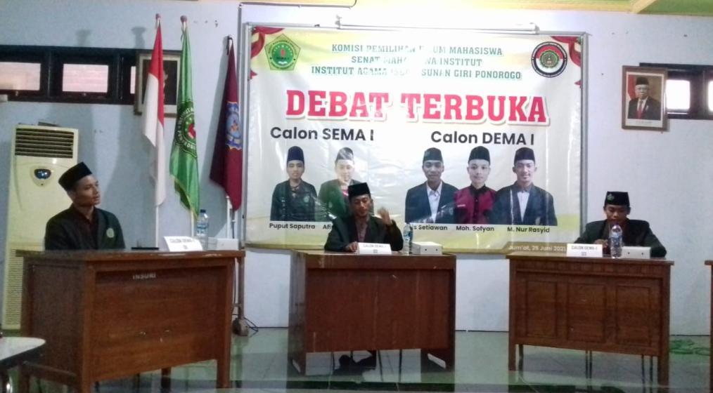 Suasana debat terbuka calon Presiden Mahasiswa IAI Sunan Giri digelar layaknya debat calon Presiden sesungguhnya
