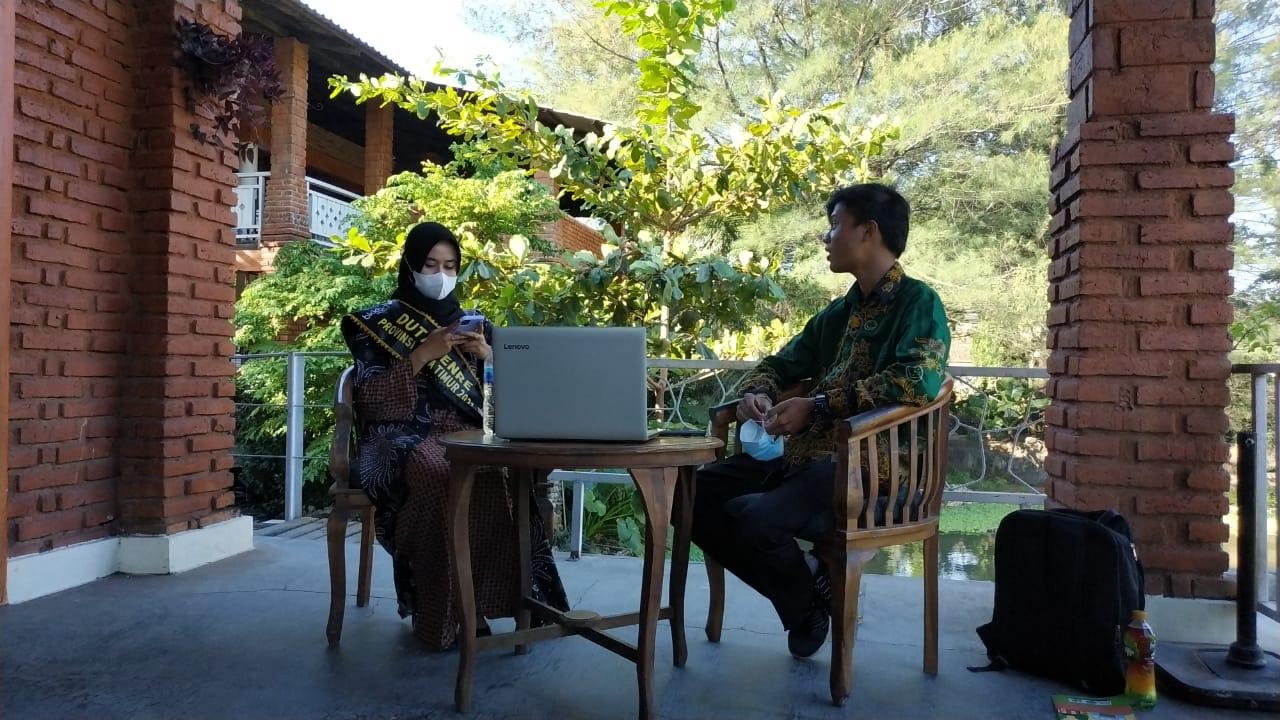 Danang Rosadi dan Cindy Ulul Azmi Munir sesaat sebelum mulai podcast