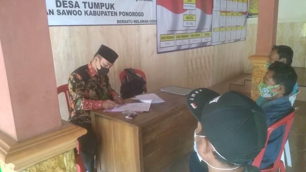 Kepala KUAPPAIW Sawoo menandatangani ikrar wakaf tanah di Desa Tumpuk