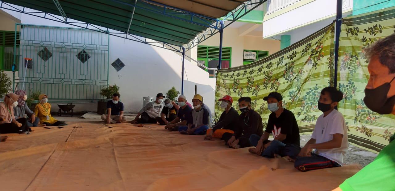 Panitia kurban Idul Adha masjid NU sedang melakukan rapat untuk pendataan calon penerima pembagian daging kurban