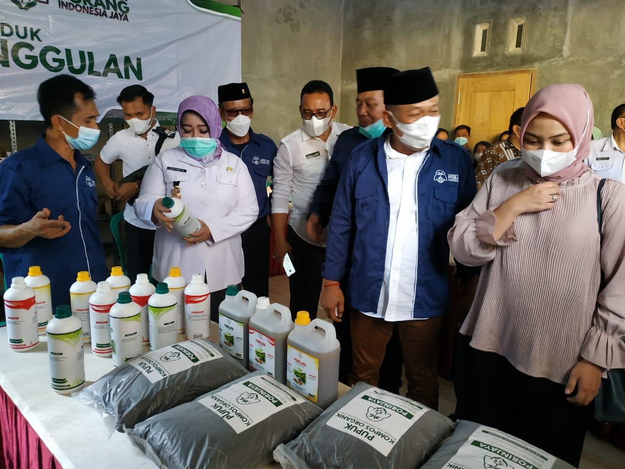 Produk pupuk organik olahan para peternak sapi perah Pudak dan SMK 1 Pemda ditinjau Bupati dan Wakil Bupati Ponorogo