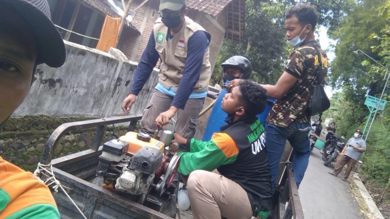 Relawan LPBINU bersama anggota Banser berkeliling Desa untuk menyemprotkan disinfektan. Tampak pula Satgas Covid-19 mengawal mereka