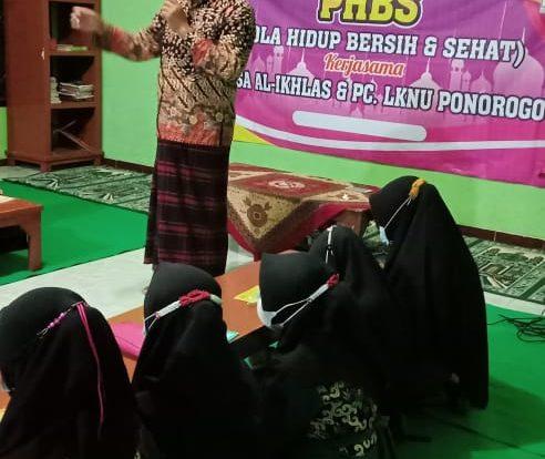 Taufik Azhari Wakil Sekretaris PCNU Ponorogo sekaligus Pembina Pengurus LKSA Al-Ikhlas memberikan pemharahan saat pembukaan sarasehan PHBS