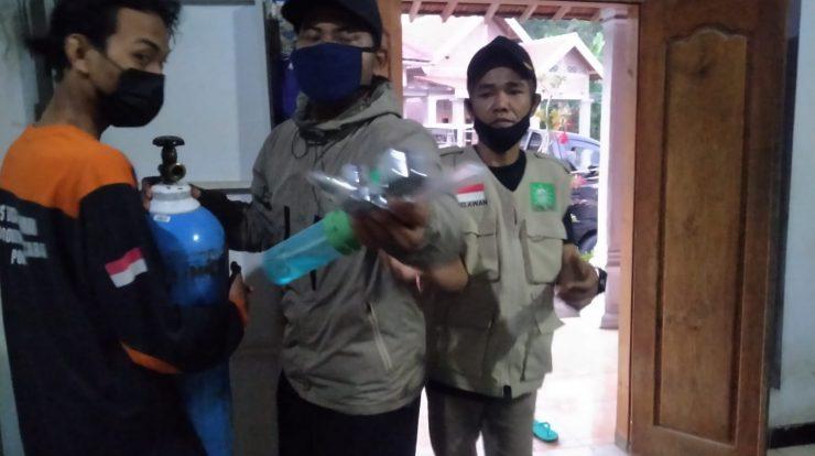 Tim relawan LPBINU Ponorogo saat membantu warga isoman yang mengalami sesak nafas