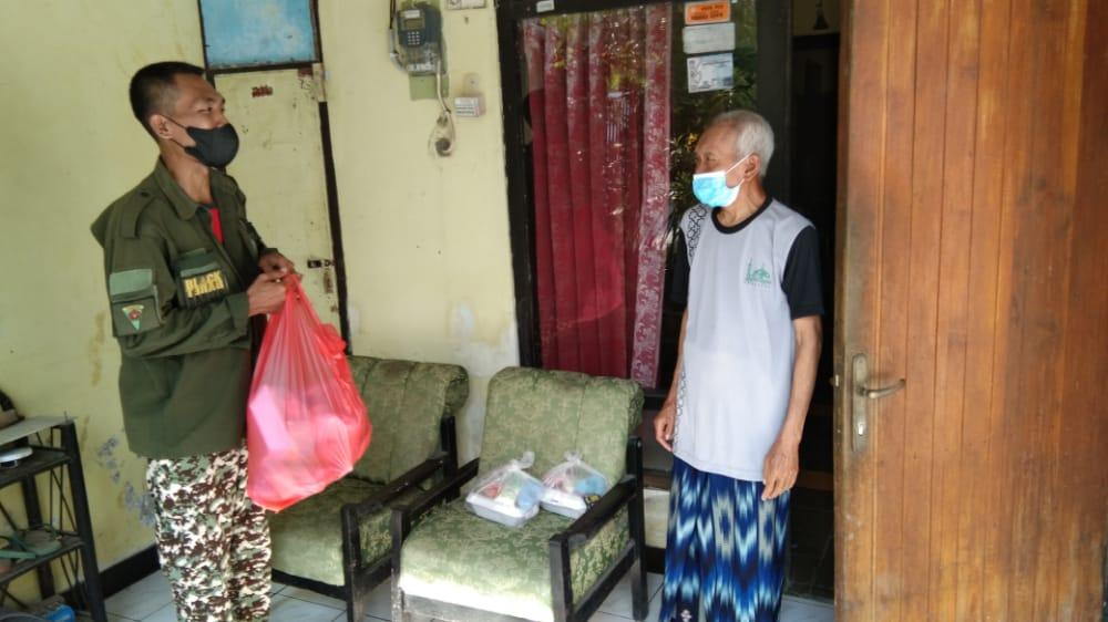 Barkot bagi maksi di Kelurahan Brotonegaran, Jumat (6/8)